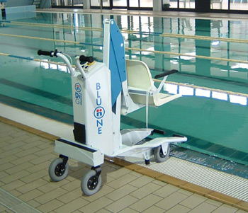 BluOne mobile chair lift poolside