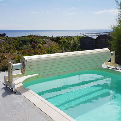 MOUV AND ROLL battery powered pool shutter